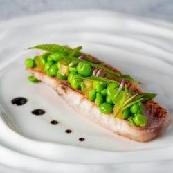 Viande aux pois avec une sauce à La Tour restaurant d'Aveyron