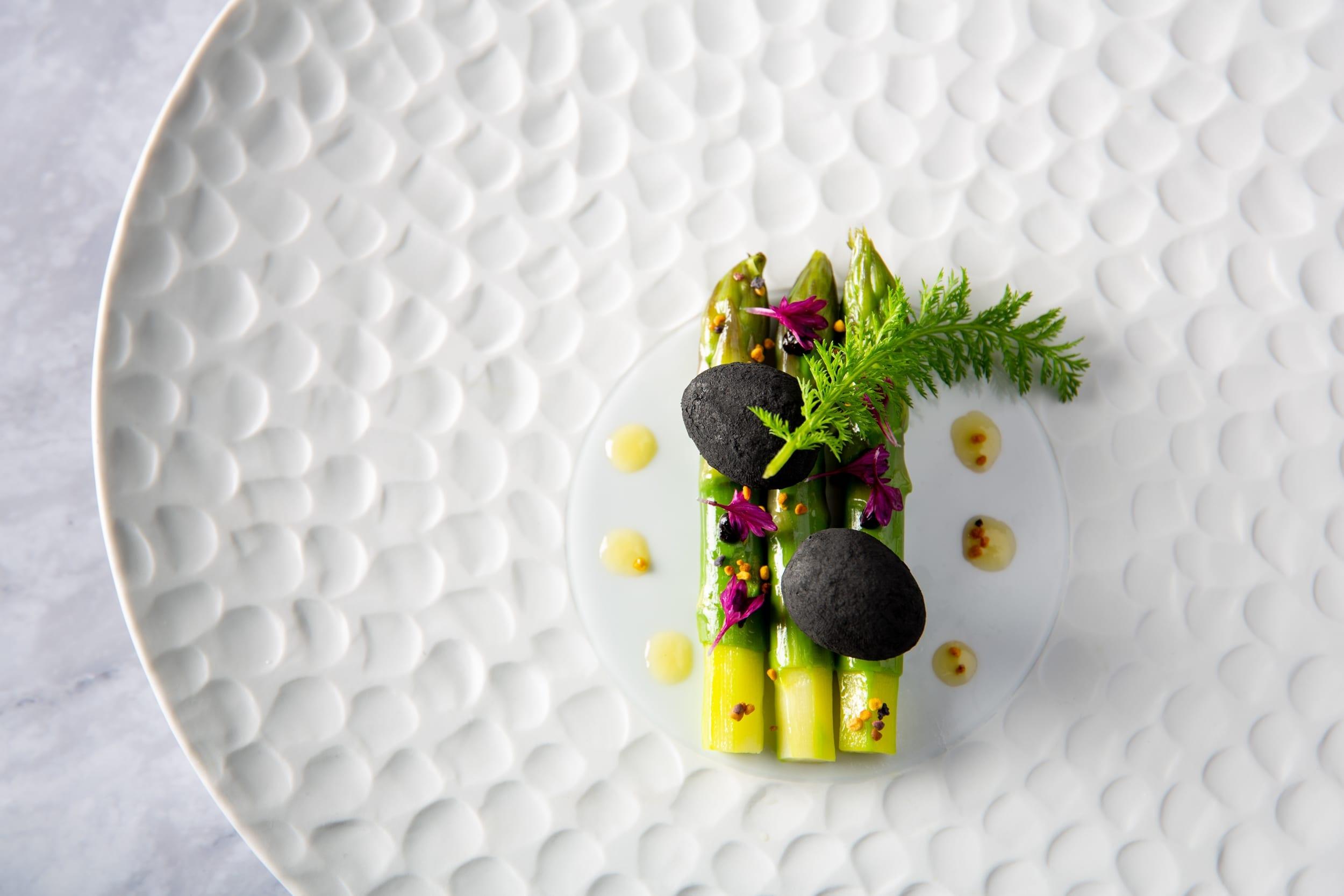 asperges et œufs de caille au restaurant gastronomique La Tour a Espalion