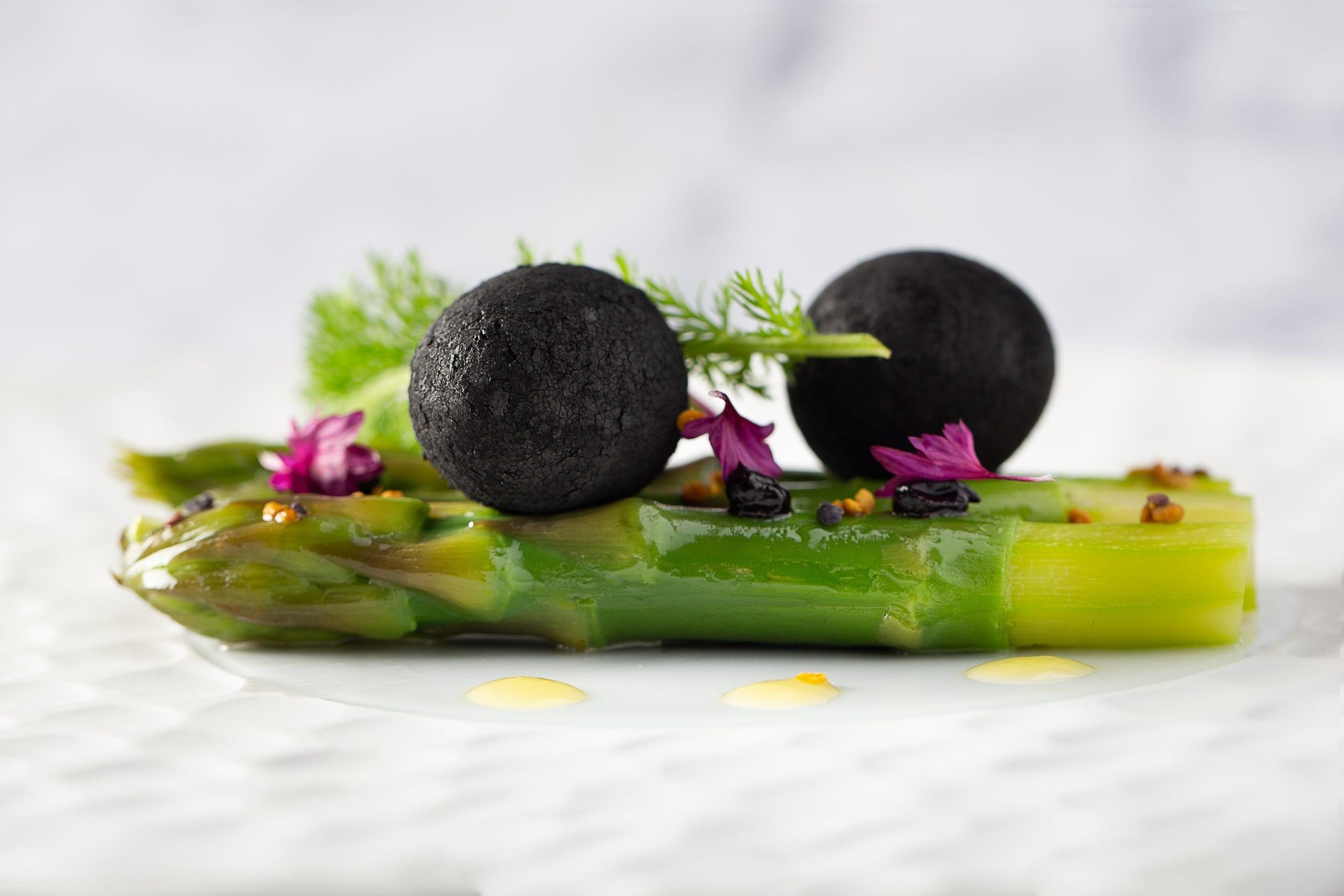 Les asperges au charbon du restaurant d'Aveyron